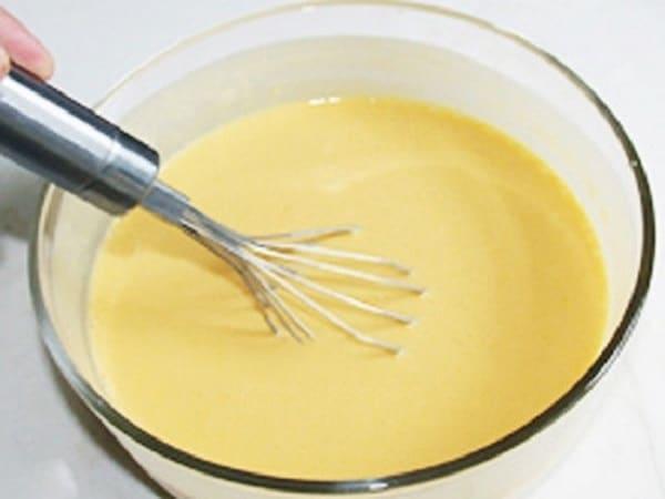 đánh hỗn hợp trứng đường làm kem ký