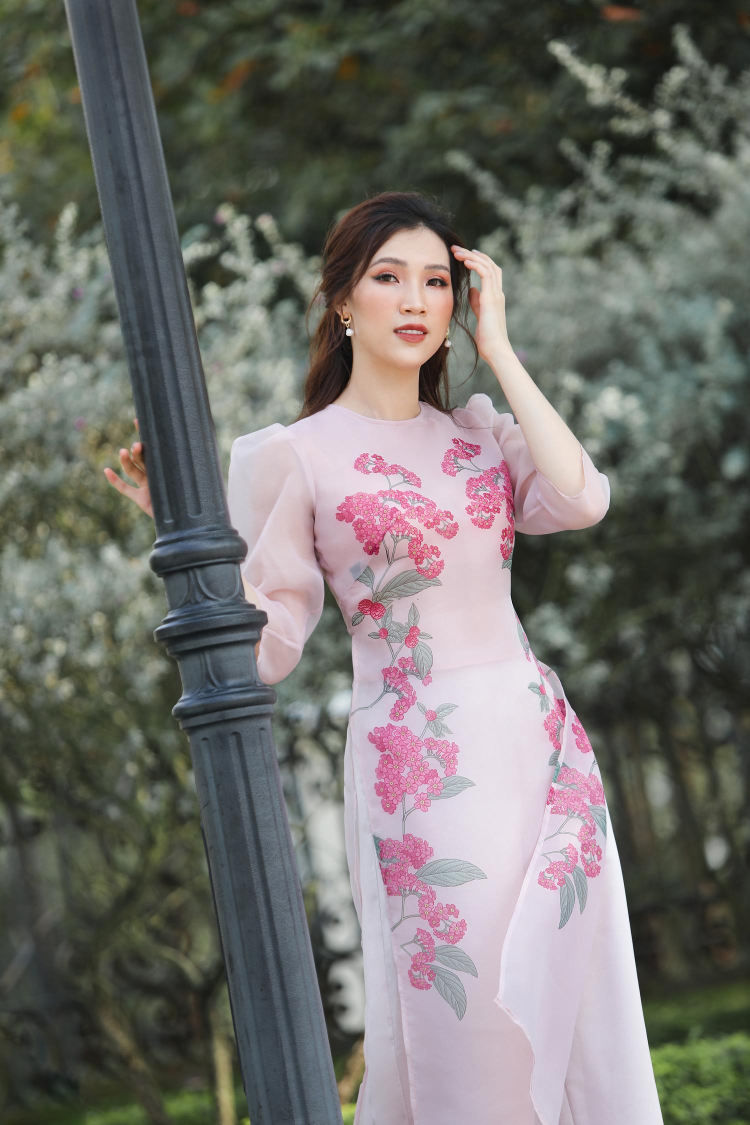 Hoa hậu Phí Thùy Linh diện áo dài Tết với họa tiết hoa xuân trẻ trung | VOV.VN