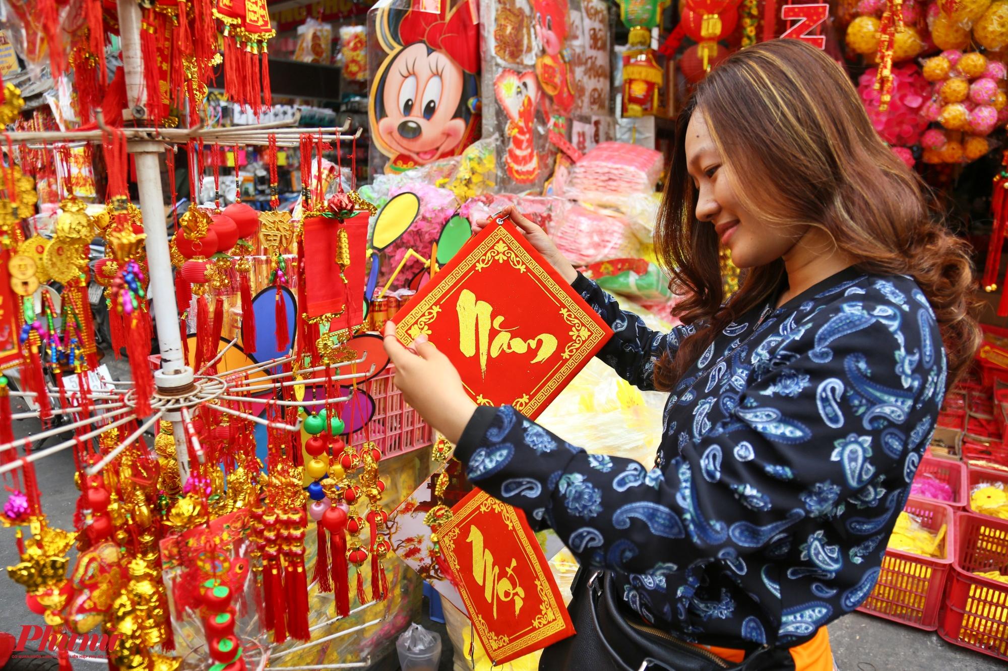 Phố bán đồ trang trí Tết Nguyên đán tấp nập ngày cuối năm - Báo Phụ Nữ