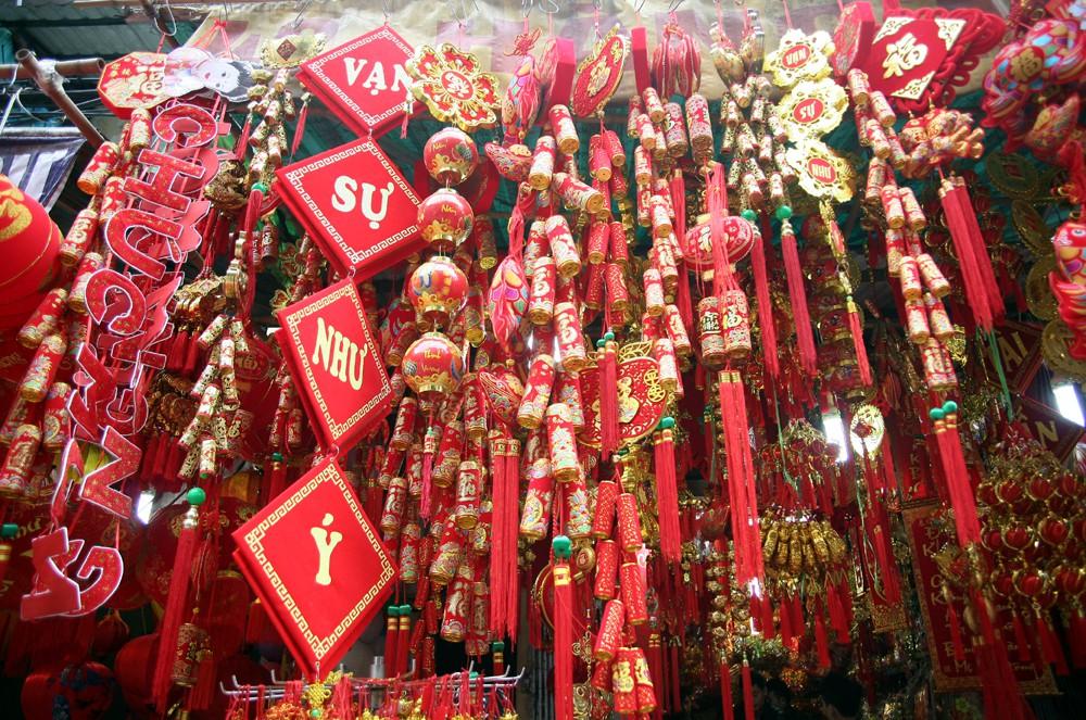 Người Hà Nội ùn ùn kéo đến phố Hàng Mã mua sắm đồ trang trí Tết