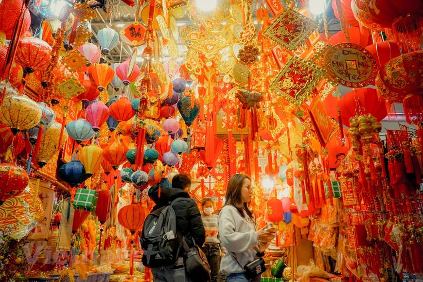 Hà Nội: Phố Hàng Mã rực rỡ sắc đỏ những ngày cận Tết Nguyên đán | Đời sống | Vietnam+ (VietnamPlus)
