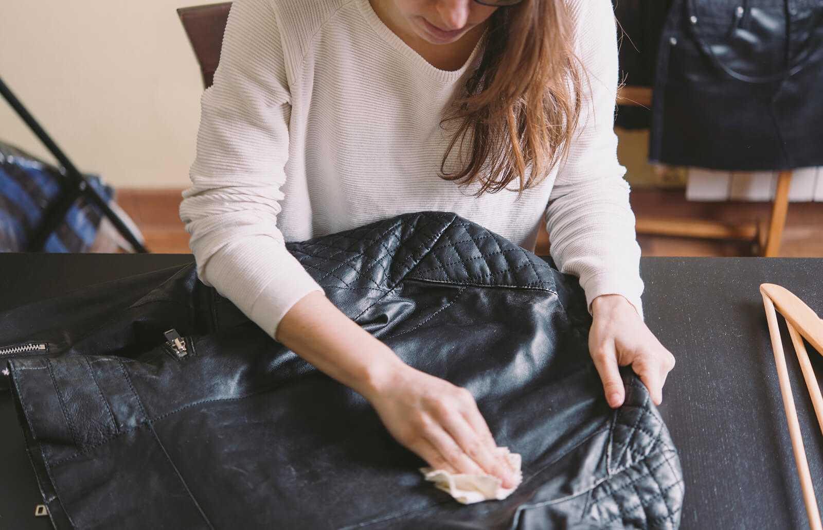 Cách giặt áo da và mẹo bảo quản bền lâu, không bị nổ, mốc | Cleanipedia